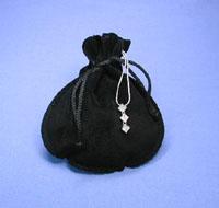 Schmuckbeutel aus Velourlederimitat, schwarz, Maße115x135, Öffnung 70 mm.